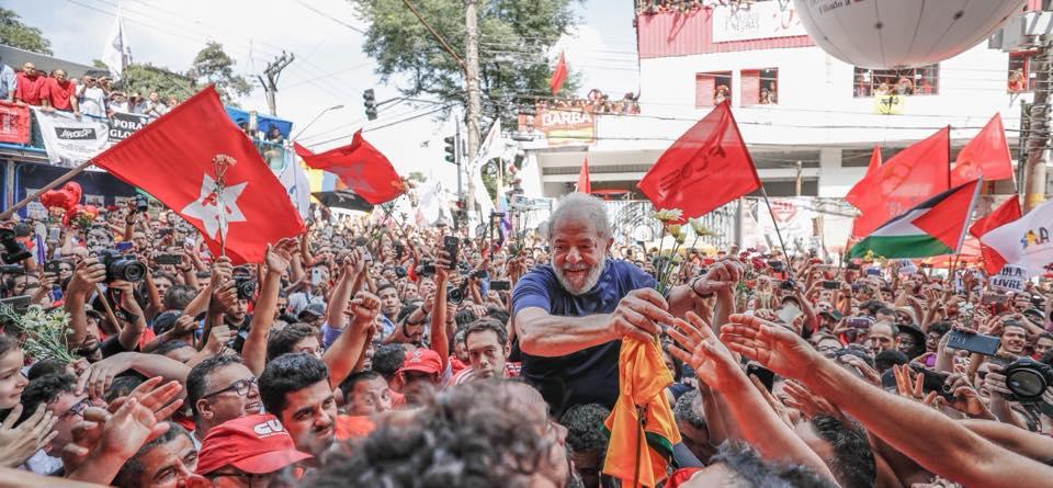 Lula volta para dentro do Sindicato dos Metalúrgicos nos braços do povo
