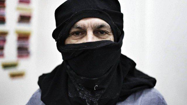 Cantor e compositor Caetano Veloso vestido de Black Bloc