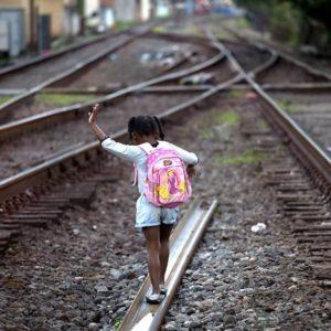 Em Barra Mansa, menina caminhando pela linha de trem que liga São Paulo e Rio de Janeiro e se junta a ferrovia do aço que vem de Minas Gerais