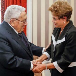 O papel de Henry Kissinger na política internacional da segunda metade do século XX é conhecido. Uma série de envolvimentos com as ditaduras militares na América do Sul acompanham sua trajetória de ator fundamental na reconciliação diplomática entre EUA e China, como estratégia dos Estados Unidos de antagonizar com a União Soviética durante a Guerra Fria.
