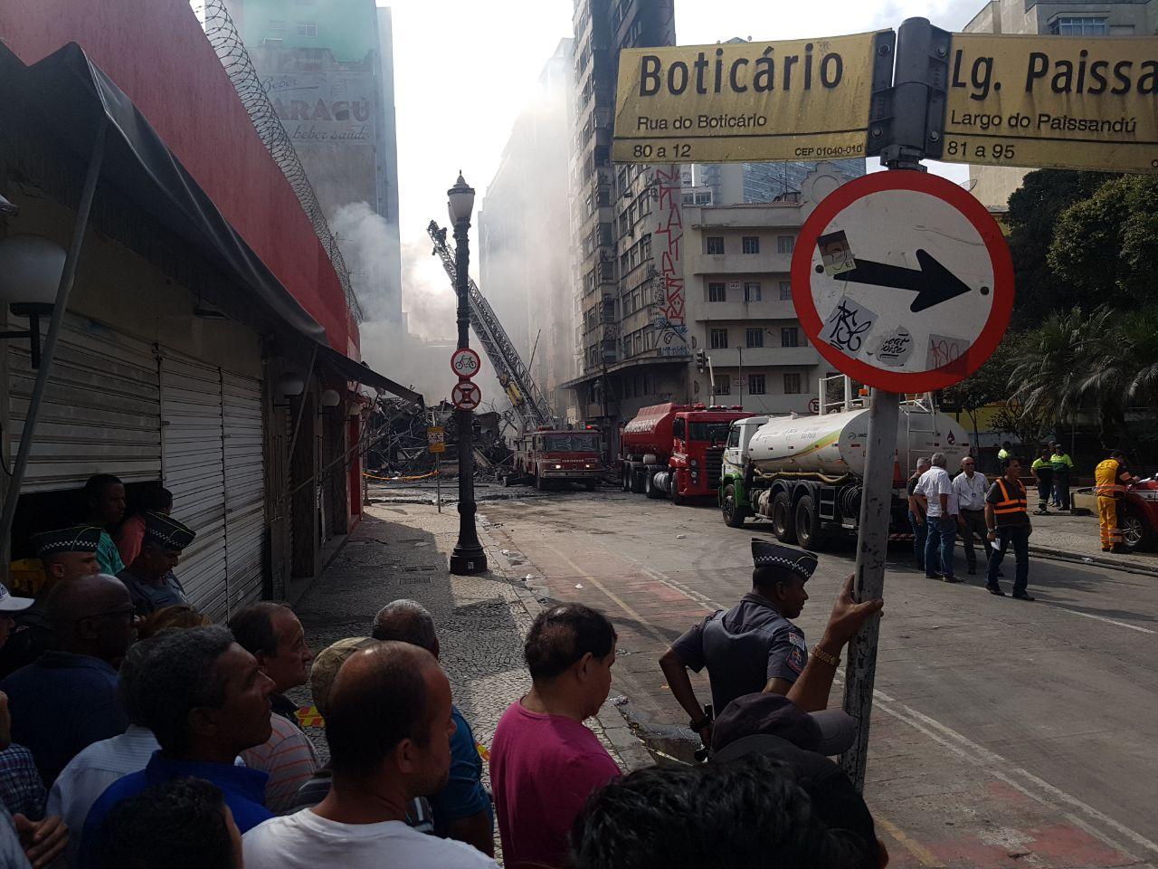 Prédio de ocupação desaba após incêndio no centro de São Paulo