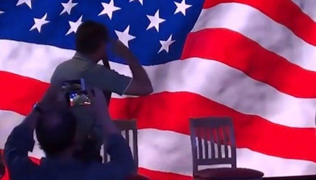 Bolsonaro bate continência à bandeira americana