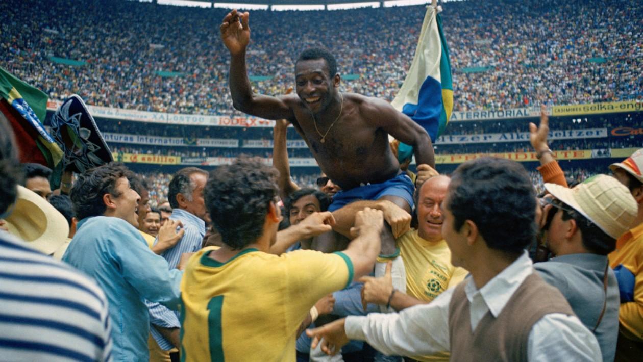 Pelé sendo carregado pelo povo no Estádio Azteca, após a conquista da Copa de 1970