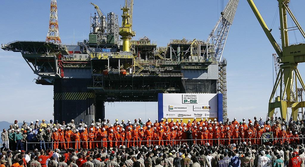 Cerimônia de inauguração de uma plataforma com os trabalhadores da Petrobras