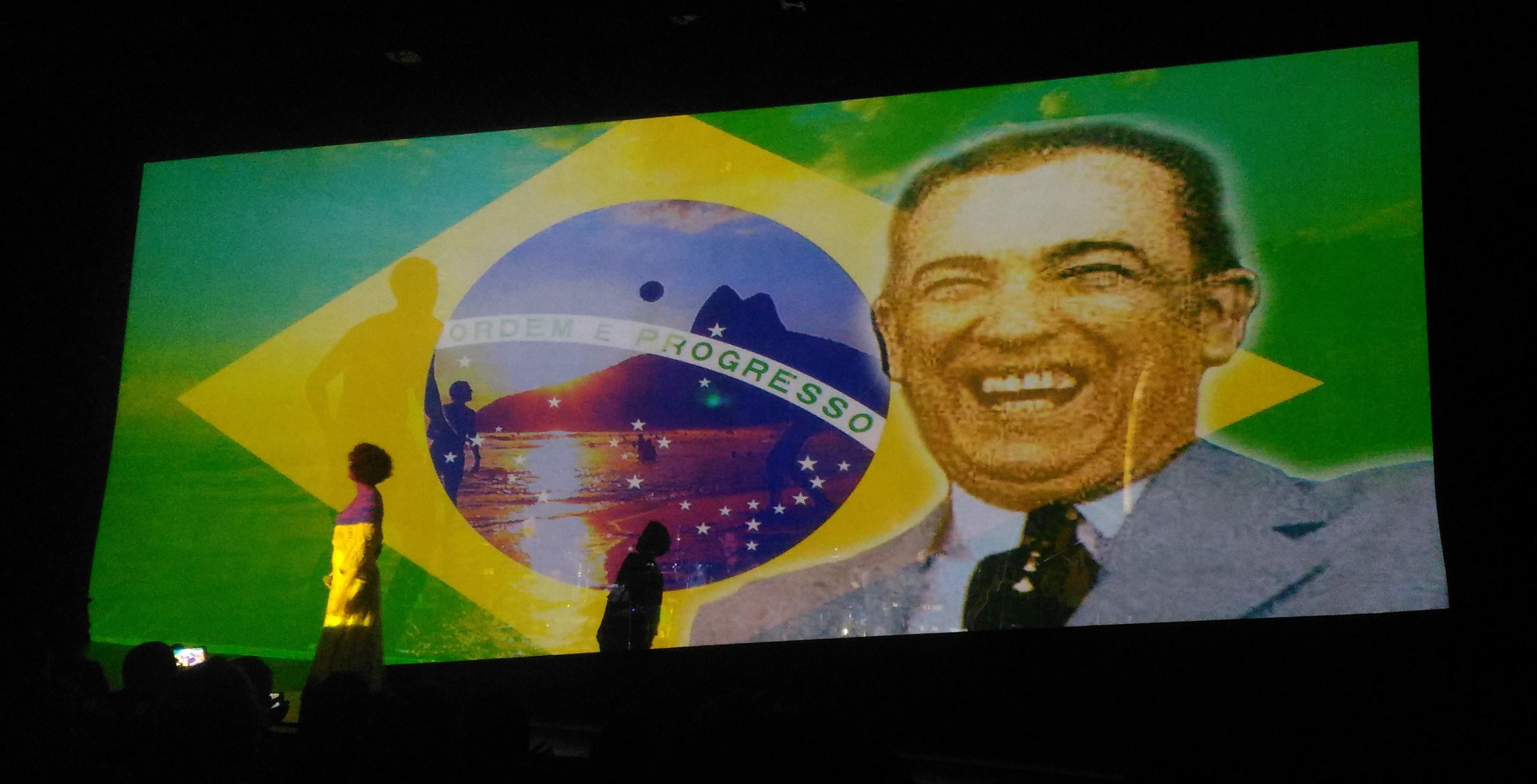 É por isso que a Fundação Brasil Meu Amor idealizou o Espetáculo JK: Um Reencontro com o Brasil, que mistura, em um só show, canções populares e autorais, projeções, jogos sonoros e de luz, citações e vídeos.