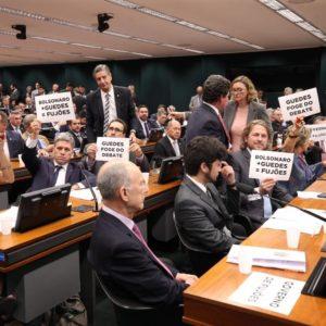 Deputados protestam contra ausência do ministro Paulo Guedes na CCJ