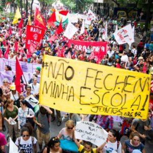 Despolitização é grave. Manifestação contra a reorganização do ensino estadual em São Paulo, outubro de 2015.