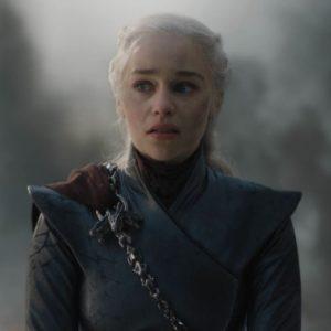 """É aqui que quero me opor a uma série de interpretações, a meu ver absurdas, de que o roteiro da série teria """"estragado"""" o desenvolvimento da personagem Daenerys Targaryen, antes apontada como símbolo libertador e de poder feminino e agora supostamente uma mulher mimada e emocionalmente instável."""