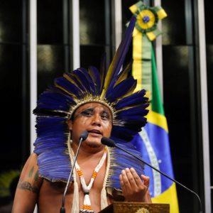 A gente atura um parlamentar qualquer do Rio dizer que ''quem gosta de índio, que vá pra Bolívia'', uma declaração burra, que esquece que a cidade foi fundada em meio a uma guerra cuja vitória dependeu da coragem de povos tupis. E que as margens do Rio ''Carioca'', que parte do Cosme Velho e de Laranjeiras e deságua na Baía de Guanabara, já era habitada quando os primeiros europeus colocaram o pé por aqui.