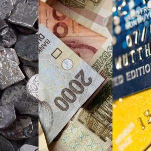 Imagem divida em três. Na primeira parte, aparecem moedas antigas. Na segunda, cédulas. Na terceira, cartões de crédito. Dinheiro e neoliberalismo.