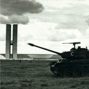Foto de um tanque de guerra em frente ao Congresso Nacional
