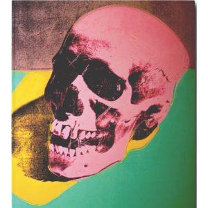 Em gravura, uma caveira avermelhada repousa sobre fundo verde, projetando uma sombra amarela.