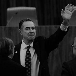Entretanto, o ministro Barroso acha que nada disso tem muita importância. É puro barulho da imprensa. Deve ser esquecido. Bom, mesmo, para consumo da opinião pública é o escândalo da Petrobras. Moro e Dallagnol estão acima de qualquer suspeita. Mais do que isso. Acima de qualquer prova. A investigação da Lava Jato, tendo resultado nas prisões espetaculares de políticos, inclusive de Lula, os redimiria de qualquer pequena culpa processual. Contudo, fica cada vez mais claro que se trata de anjos caídos.