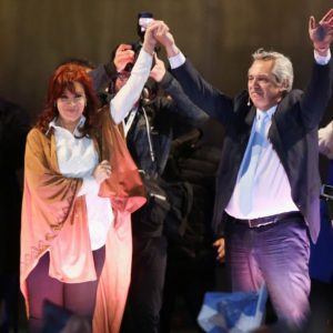 O resultado das eleições primárias na Argentina, ontem, soa como um estrondo: esgotou-se a propaganda ideológica liberal. O atual presidente Mauricio Macri perdeu por mais de 15 pontos percentuais para a chapa encabeçada por Alberto Fernández, cuja vice é ninguém menos que Cristina Kirchner.