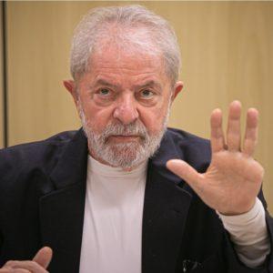 Imagem de Lula dando entrevista na sede da PF