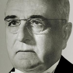 Em 1951, o líder da Revolução de 30, o presidente da República de 1934, o ex-ditador do Estado Novo deposto em 1945, Getúlio Vargas volta ao poder nos braços do povo em um momento de profundas transformações sociais e econômicas no Brasil.