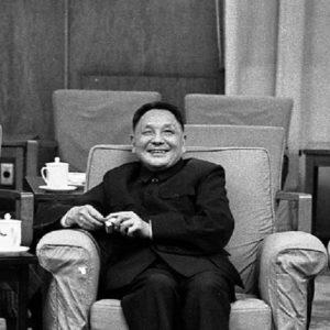 Ainda não tenho posição formada sobre Deng Xiaoping. Estou estudando o papel dele como líder. Mas uma coisa me chama atenção: tenho sobre minha mesa de trabalho uma série de excertos que tirei de vários livros, reportagens e documentos oficiais que consideravam o processo de Reforma e Abertura uma rendição da China aos Estados Unidos. Aliás, ao que parece, toda classe reinante (a burocracia diretamente ligada a gestão do poder representando a burguesia) dos EUA considerava que o processo iniciado com a liderança de Deng levaria a China a tornar-se uma colônia do Grande Império.