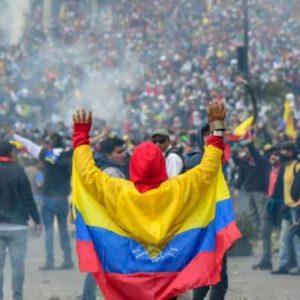 No último dia 01/10, o presidente do Equador, Lenín Moreno, anunciou a adoção de um pacote de medidas de austeridade, em consonância com as prerrogativas para a obtenção de um robusto empréstimo do Fundo Monetário Internacional (FMI). Este pacote promoveu a eliminação dos subsídios ao consumo de combustíveis, ferramenta que perdurava há mais de 40 anos no país. Como consequência, o preço do diesel subiu em cerca de 120% e o da gasolina regular em 30%. Respondendo às medidas, que afetaram abruptamente o poder de compra da população, foram convocadas inúmeras paralisações no dia 03/10, ensejando uma greve nacional que mobilizou caminhoneiros, motoristas de ônibus, de taxis e vans escolares. O governo reagiu com pronta repressão, decretando Estado de exceção e detendo mais de 379 pessoas nos primeiros dias de manifestações.