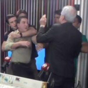 Augusto Nunes agride fisicamente Glenn Greenwald