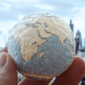 Um aspecto importante da teoria da dependência é que ela rejeita a ideia de que a globalização é inevitável e amplamente benéfica. Seja definido em termos sociais, culturais, econômicos, financeiros ou espaciais,