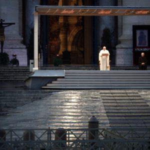 Papa Francisco celebra missa sozinho na Praça São Pedro