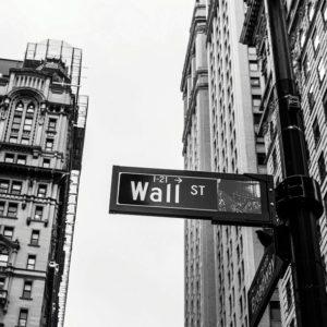 Como Friedman fez, o mercado também faz: ironiza a importância da participação do Estado sobre o ambiente econômico.