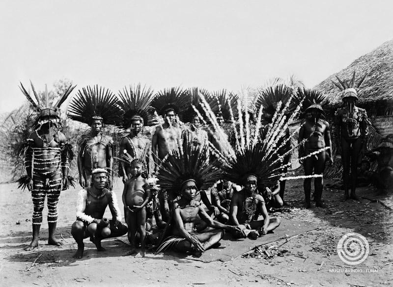 """Dez anos antes, em 21 de abril de 1952, o mesmo Darcy Ribeiro, dessa vez vestido de etnólogo, """"vivendo meses no meio de bugres"""", comenta em carta com um amigo de infância sobre o papel dos índios na cultura brasileira: """"Primeiro lhe digo que os índios são gente que nem nós; segundo, que me ensinam mais sobre nós próprios que sobre si mesmos. Terceiro, o quê? Bem, as experiências humanas que vivo: imagine, um peixe fora d'água, seu espanto ao descobrir que há atmosfera. Esse o meu caso, depois de meses entre índios, como quando começava a encontrar, a sentir a força espantosa disse que chamam cultura"""". Adeus, intelectuais descompromissados."""