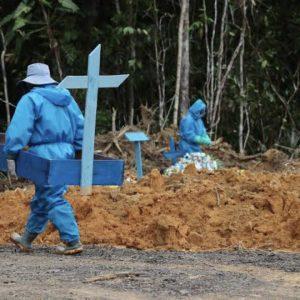 O obituário brasileiro na dupla tragédia sem previsão do tempo. Mortes pelo coronavírus