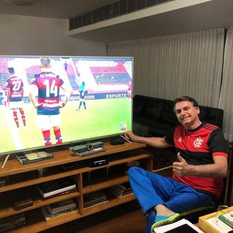 O jogo de Bolsonaro com SBT e Flamengo contra a Globo