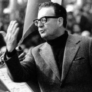 Em 1970 chegava ao poder do Chile o socialista e nacionalista Salvador Allende. Chegou ao poder com apoio popular e por meio da própria democracia burguesa. Os burgueses sabem que seu sistema serve aos seus próprios interesses, como a democracia representativa. Eles a defendem somente enquanto ela estiver subserviente ao grande capital. No entanto, às vezes o tiro sai pela culatra, como no caso da vitória de Allende pelo voto popular.