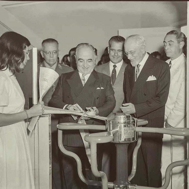 Pelo Centro de Memória Trabalhista - Em 5 de novembro de 1951 era inaugurado pelo presidente Getúlio Vargas, na sede da União Nacional dos Estudantes (UNE), na Praia do Flamengo, o Restaurante Central dos Estudantes, popularmente conhecido como Calabouço.
