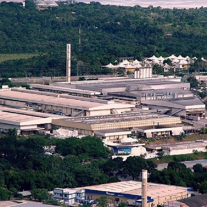 Por Abner Santos - A degradação de todos os nossos biomas se tornou uma morbidade sempre presente nas notícias, mas da qual nos desconectamos, por não acreditarmos que seja possível pará-la, muito menos revertê-la. Talvez por isso não percebamos de imediato a conexão profunda que existe entre queimadas ou desmatamento e a saída de grandes montadoras, como a Ford, e o fechamento de outras milhares de fábricas no Brasil. Uma é consequência imediata da outra. E a luta contra o desmatamento passa, por incrível que pareça, pela reindustrialização do país.